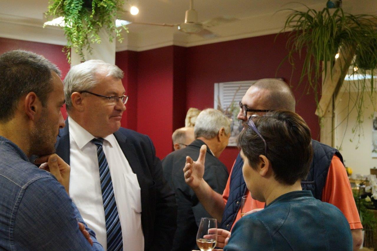 de face : Christian Bruyen, le maire dormaniste, s'est félicité de l'ouverture de ce commerce.