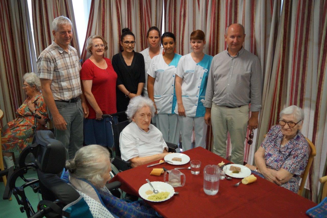 Debout de gauche à droite : Eric Assier, Monique Vandenberghe, Atika Berrahou, une partie du personnel de l'EHPAD, et Etienne Haÿ souhaitent un bon appétit aux pensionnaires.