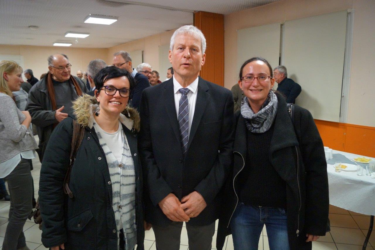 Eric Assier avec Emilie Verliat (à gauche) et Claire Brély (à droite), les 2 sages-femmes du pôle de santé de Condé-en-Brie.