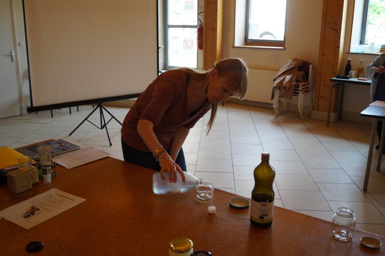 La touche féminine : fabrication d'un liniment oléo-calcaire (démaquillant visage, crème, etc...)