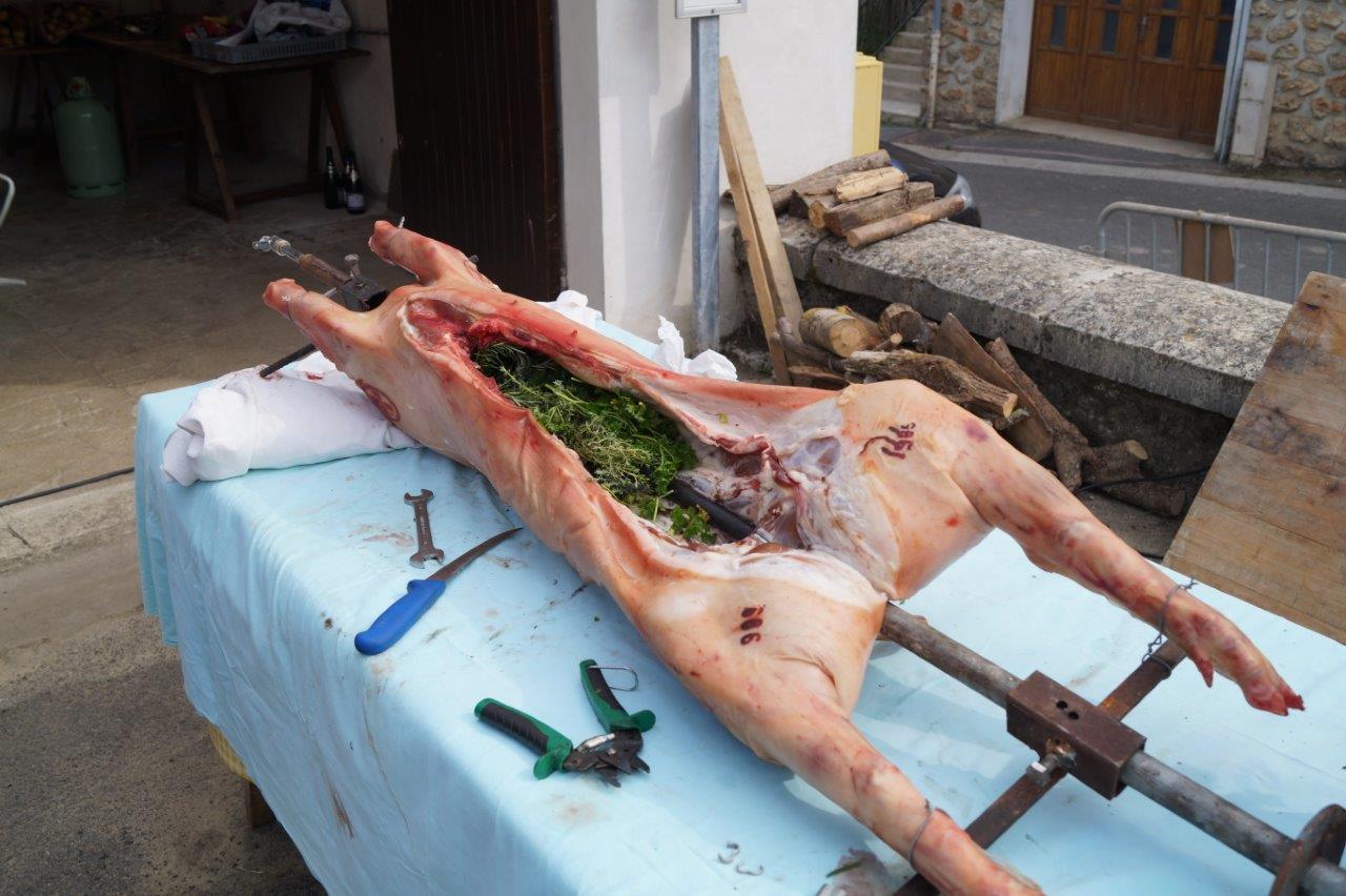 Préparés en direct, 3 cochons de 35, 32 et 31kg nés et élevés à Epaux-Bézu avec une alimentation locale, se sont retrouvés 6 h plus tard dans les assiettes.