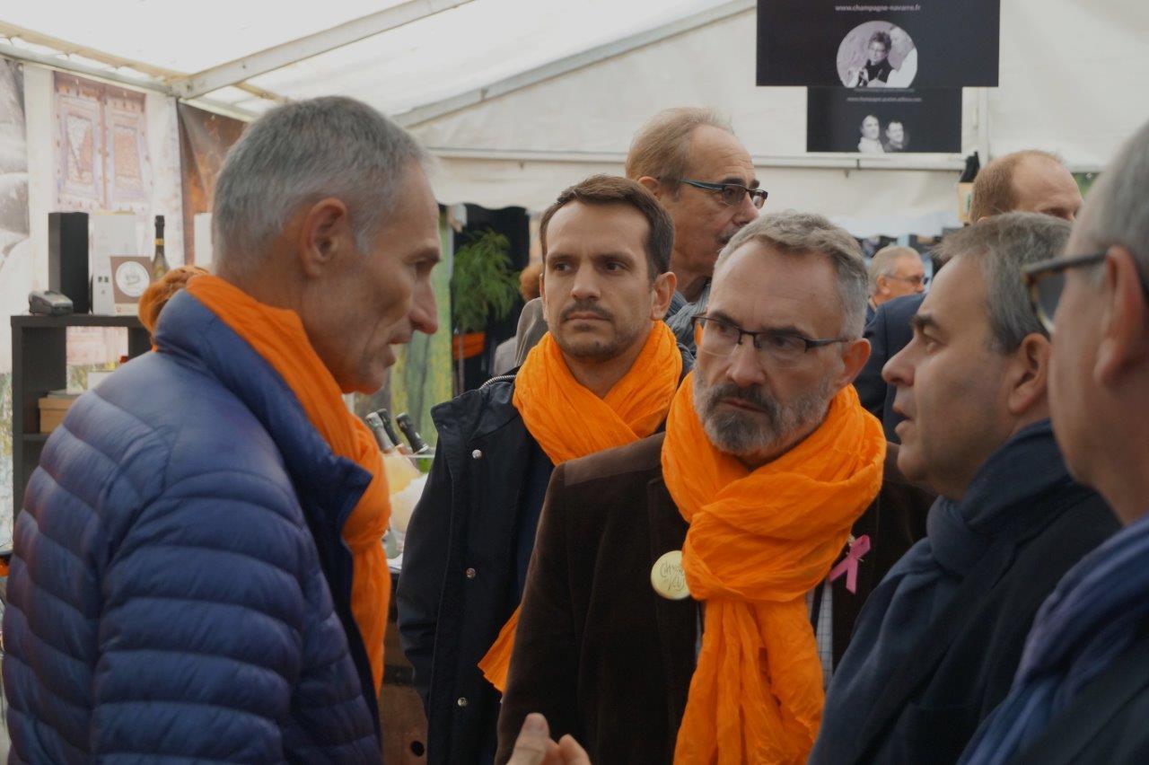 Les élus ont salué chaque viticulteur exposant : Ici à gauche, Philippe Mallet de Trélou-sur-Marne.