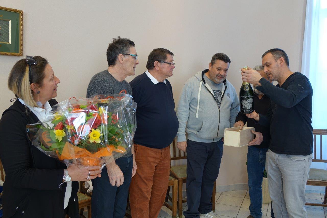 Manuel Cordeiro remet une bouteille du breuvage local à Philippe Quintais au nom de la municipalité...