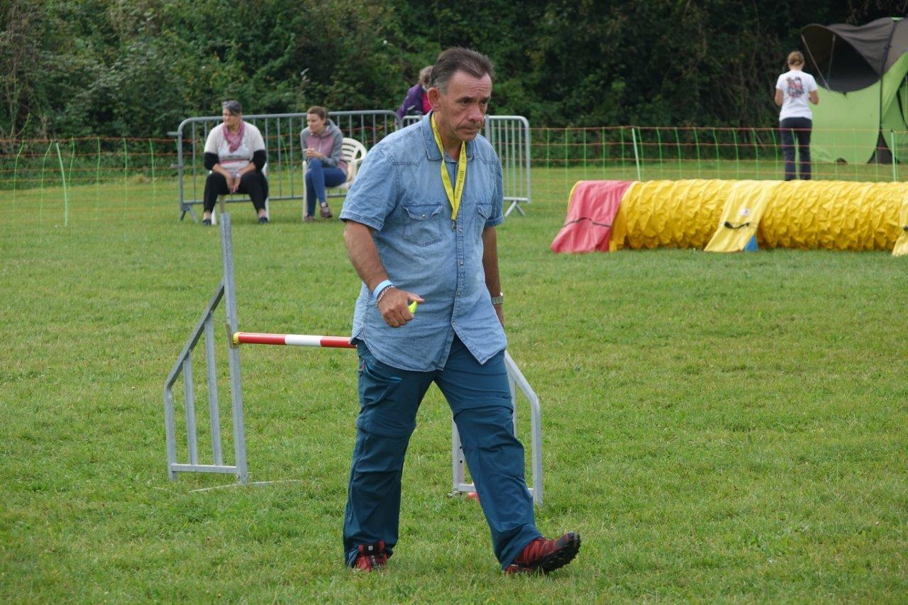 Le juge agility Jean-Claude Philippe était chargé de poser les différents parcours selon les races de chiens en lice....