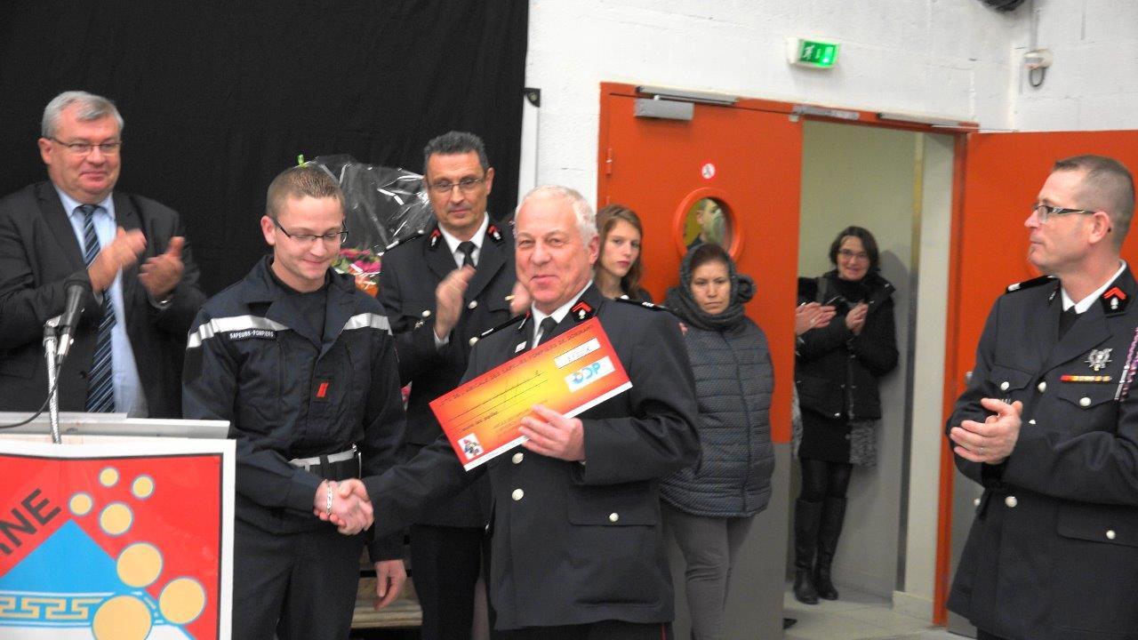Le sapeur-pompier Mikaël Lamotte remet un chèque de 3 950€ au profit de l'Oeuvre des pupilles orphelins, au Capitaine Hubert Degremont.