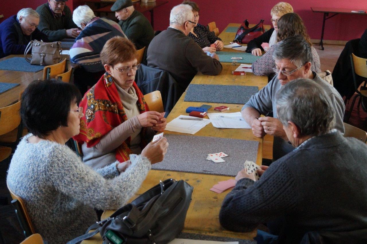 A gauche avec le châle : Brigitte Rahir, la maire de Courboin, a tapé le carton.
