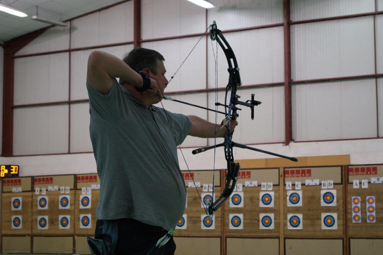 """Cet archer utilise un arc à poulies, appelé aussi compound. Sur le blason, le """"10"""" mesure 2 cm de diamètre !"""