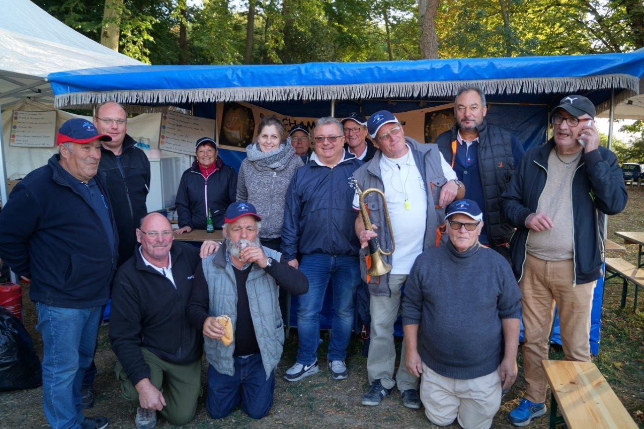 Les bénévoles de l'Amicale Bouliste Dormaniste entourent Jean-Luc Boutville (accroupi à gauche), l'un des partenaires de la manifestation..