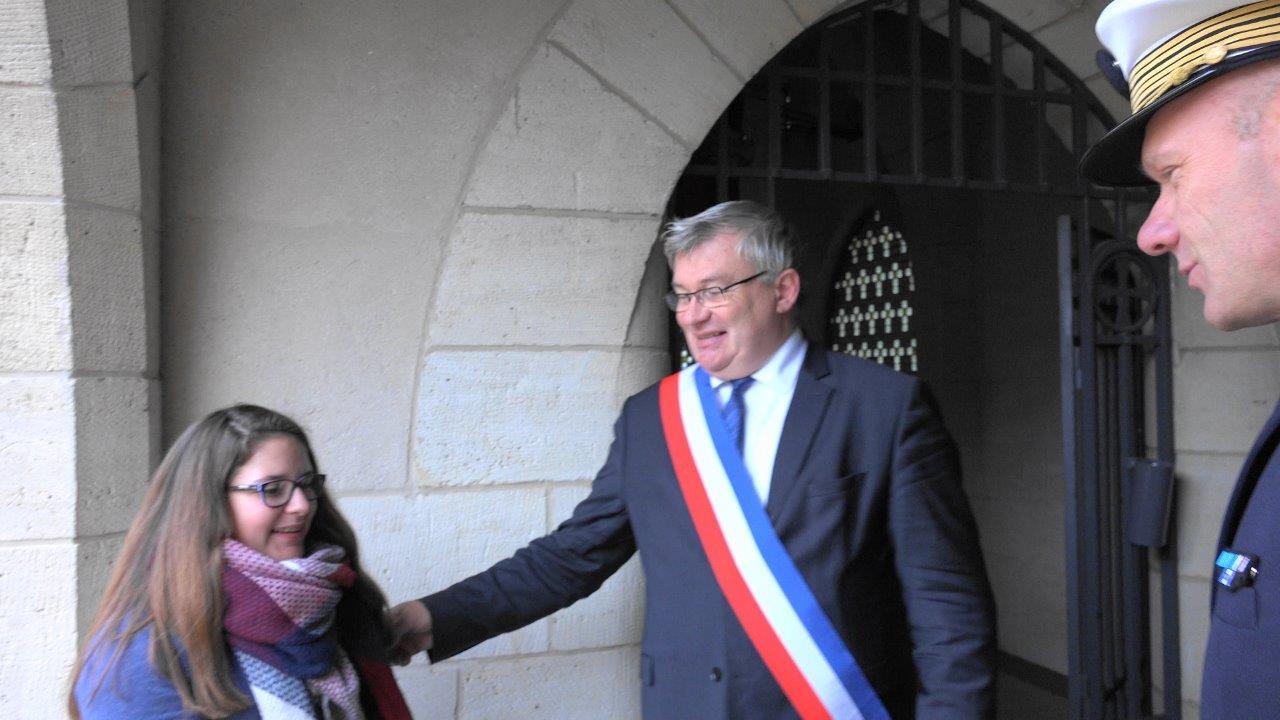 Christian Bruyen, maire de Dormans, présente les 2 élèves aux officiels.