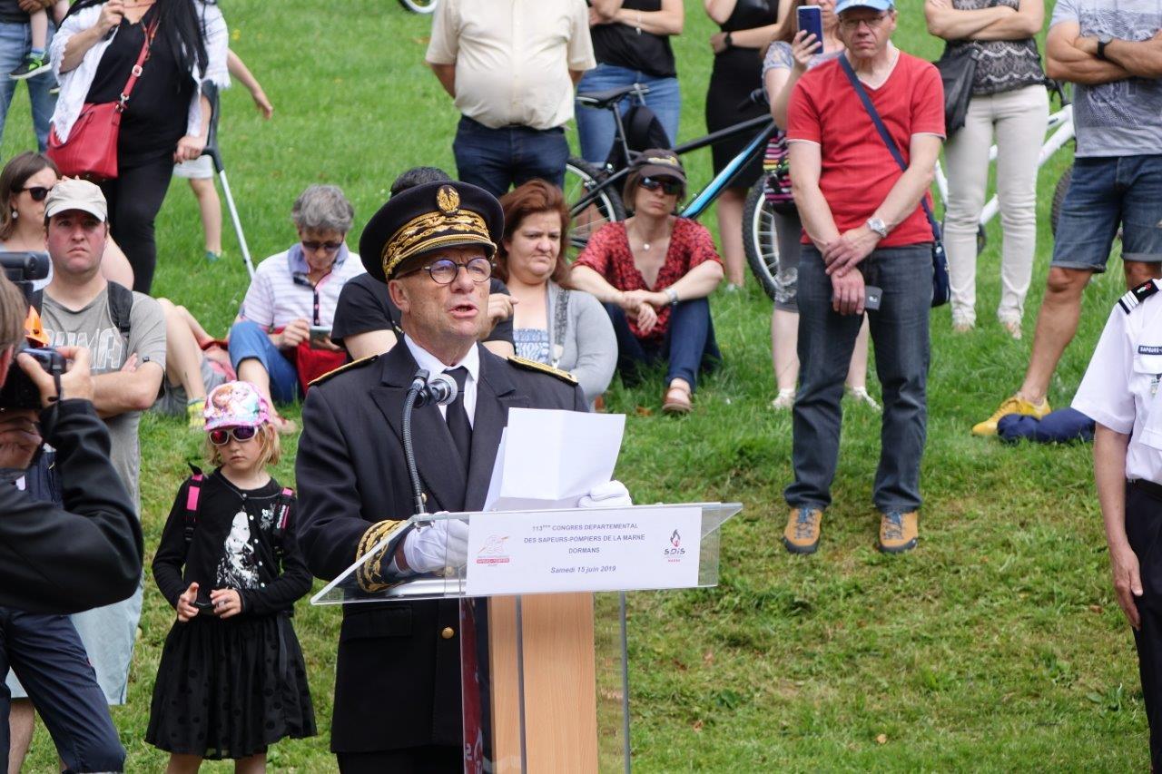Denis Conus lit le discours du ministre de l'Intérieur, Christophe Castaner, écrit à l'occasion de la journée nationale des sapeurs-pompiers.