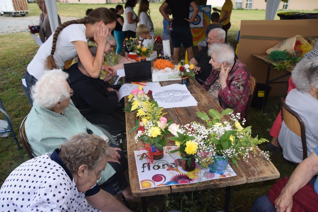 A l'atelier d'art floral, les pensionnaires des EHPAD laissent libre cours à leur talent.
