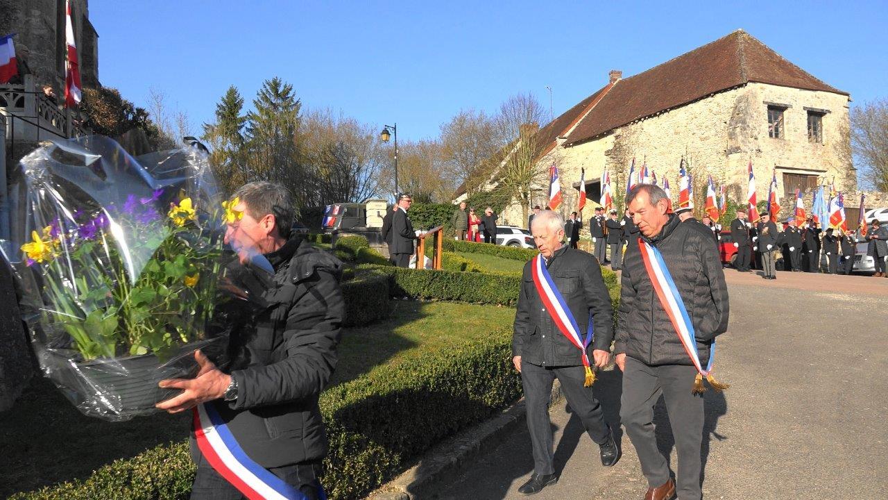 De gauche à droite : Jean-Yves Roulot, Claude Picart, Bruno Lahouati déposent une présentation florale.