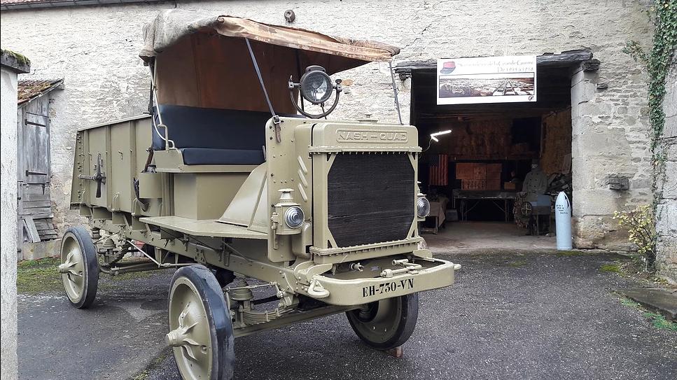 ...un camion Nash Quad américain datant de 1918...