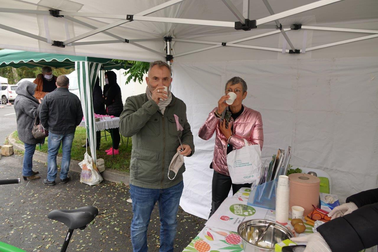 Le conseiller régional et maire du centre bourg de Condé-en-Brie n'a pas oublié de retirer son masque avant d'avaler sa potion magique.