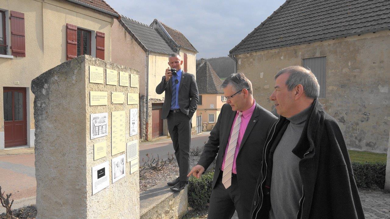 Baulne-en-Brie. Place Daniel Beaucreux : le mur de mémoire vivante.