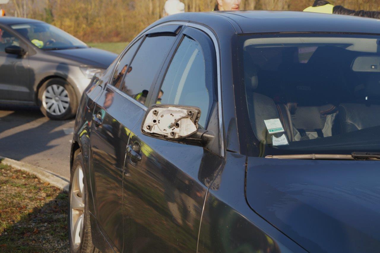 L'un des rétroviseurs du véhicule perd son capot au cours de l'affrontement.