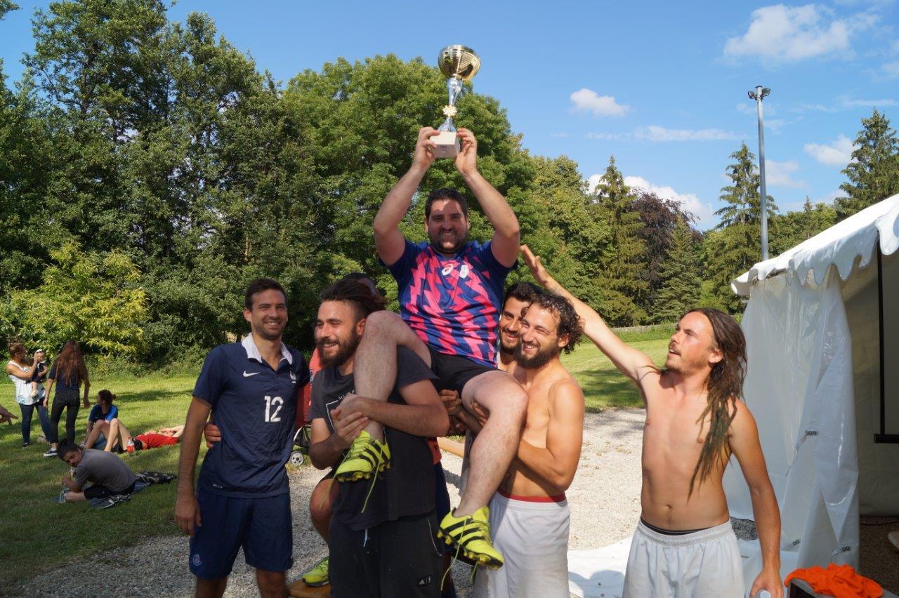 Coach Quizy soulève la coupe. Son équipe, l'En Avant Les Glands, remporte le tournoi 2018 de Baulne-en-Brie .