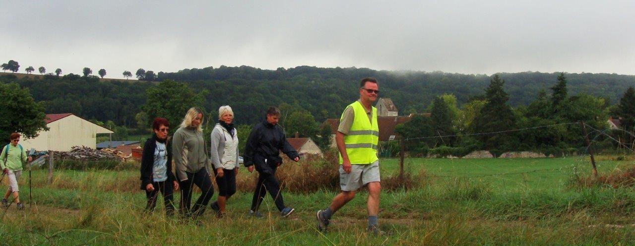 Par petits groupes, les participants emboîtent le pas au capitaine de route Marcel Dartinet.