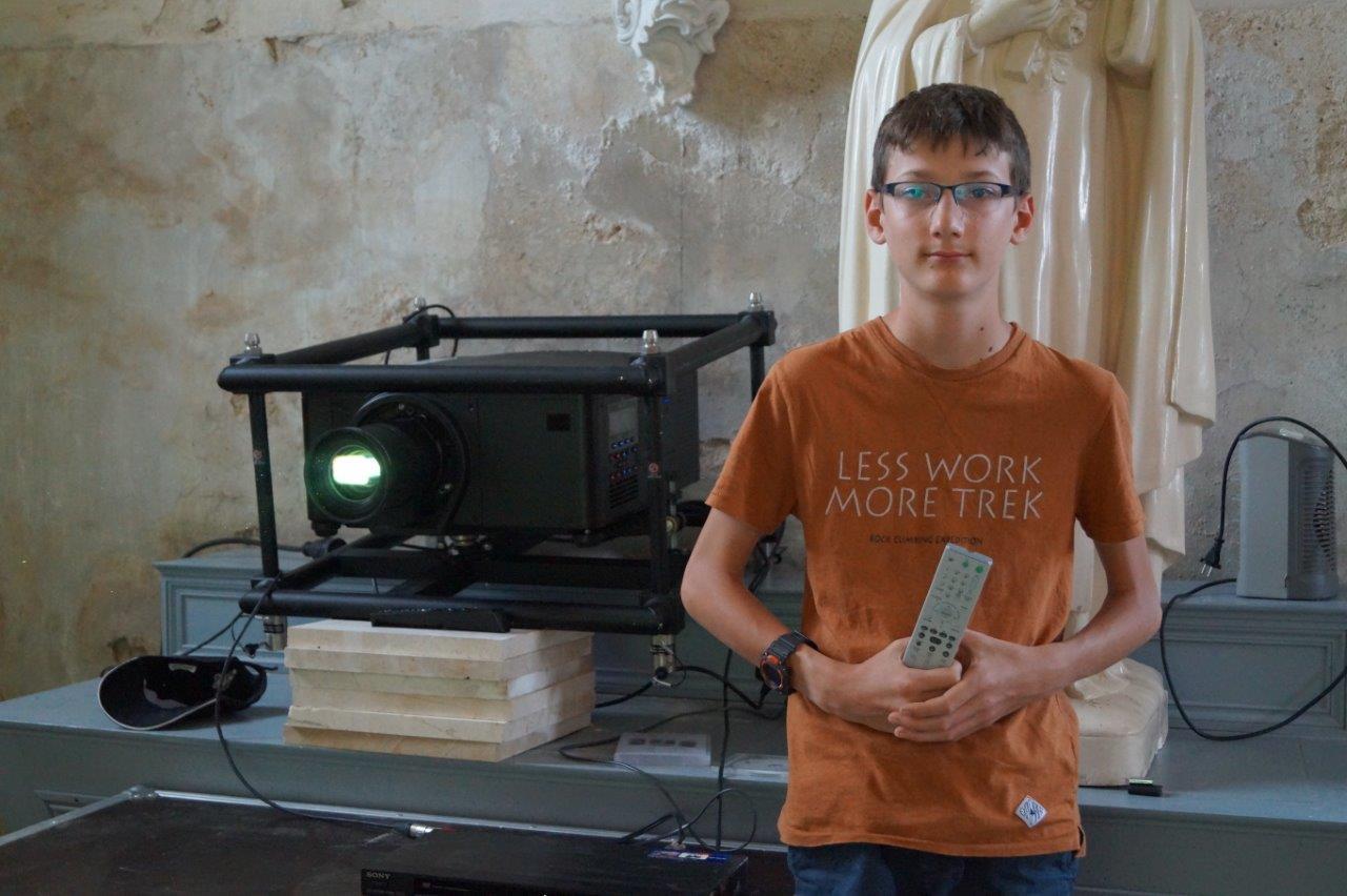"""Le jeune odonien Damien Lecomte a en charge la diffusion du film """"Terre de mémoire"""" en l'église..."""