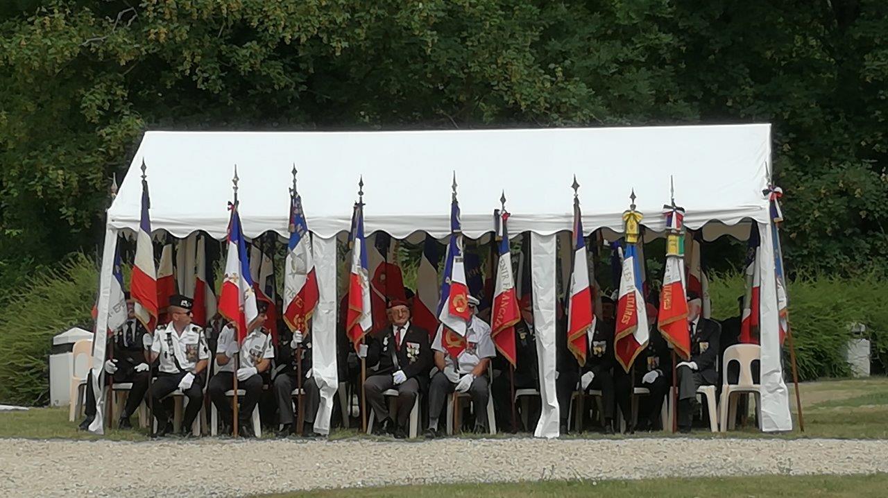 Une forte délégation de porte-drapeaux est présente lors de cet hommage...