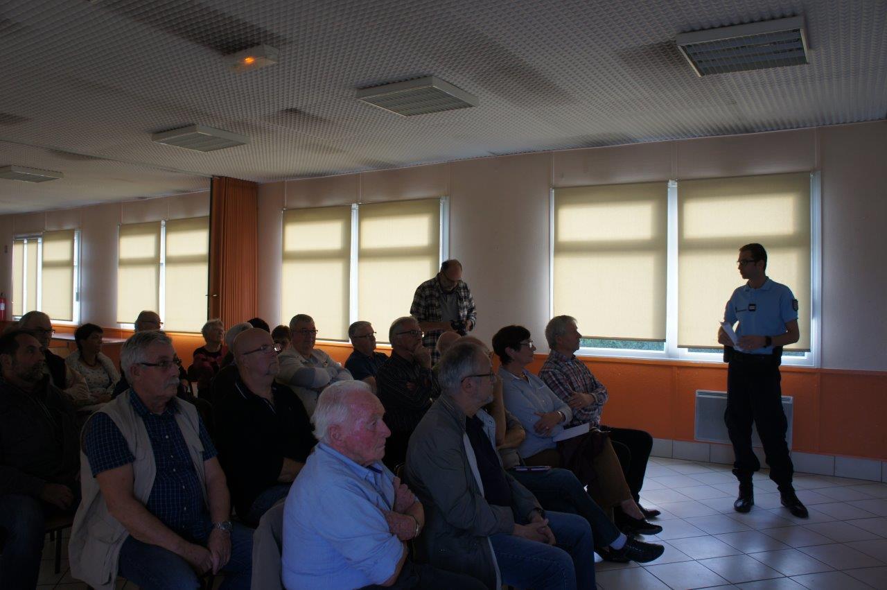 Près de 30 personnes ont assisté à la réunion publique d'information.