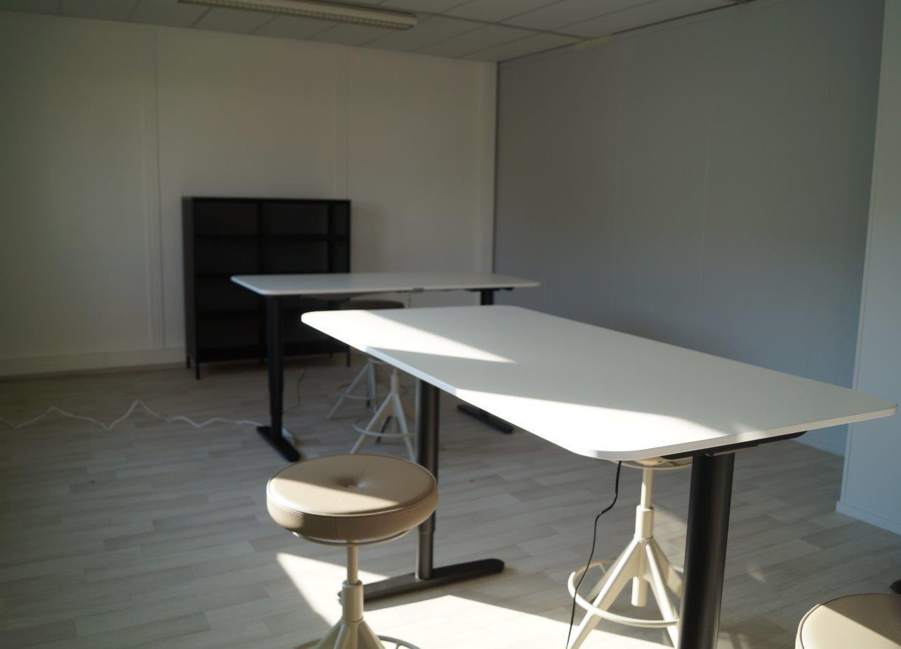 L'association a choisi des tabourets pour l'espace coworking.