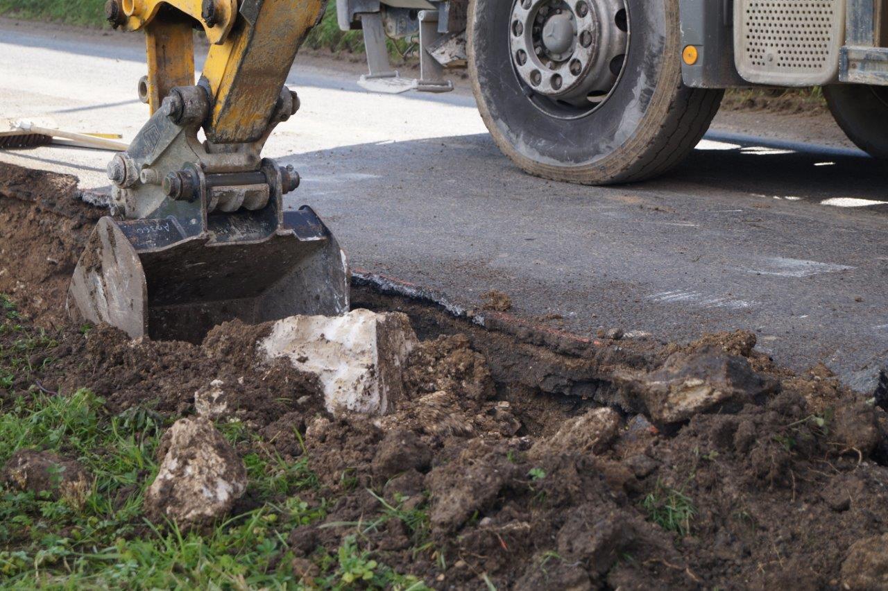 Il faut creuser une tranchée avant de pouvoir poser le caniveau.