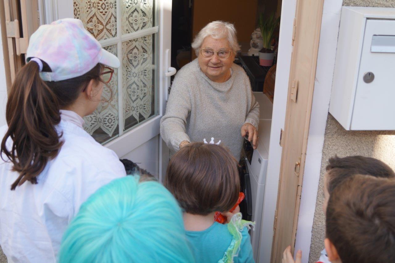 La doyenne du village a ouvert, elle, sa porte aux enfants.