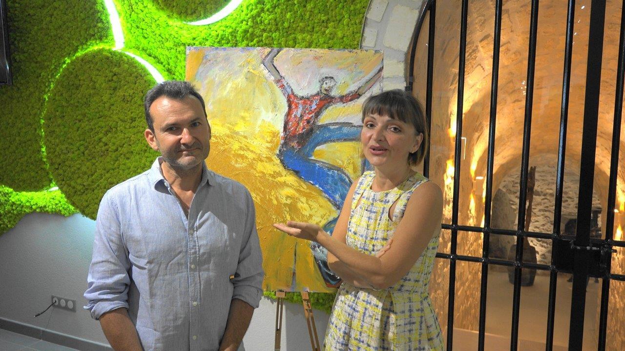 De gauche à droite : Claude Legrand et Anna Météyer. Le peintre auvergnat expose ici jusqu'au 10 septembre 2017.