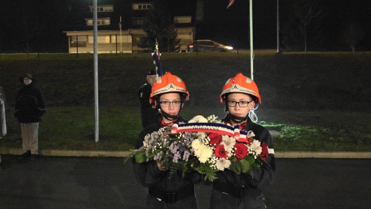 La mission de ces deux Jeunes Sapeurs Pompiers : apporter la gerbe de fleurs aux officiels.