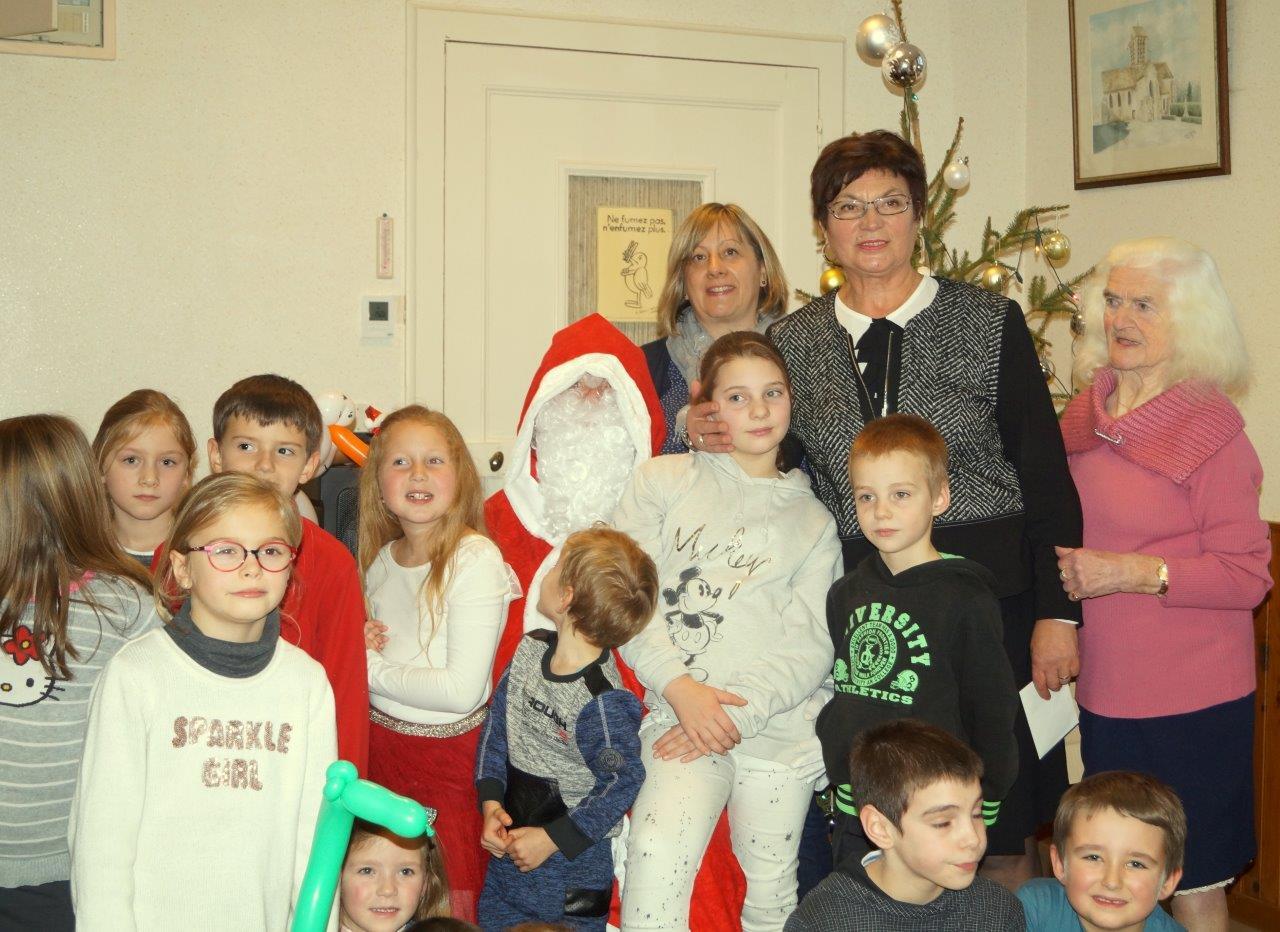 A l'arrière plan, de gauche à droite : Valérie Van Gysel, conseillère municipale, Jacqueline Picart, maire déléguée, et Josiane Renard, conseillère municipale.