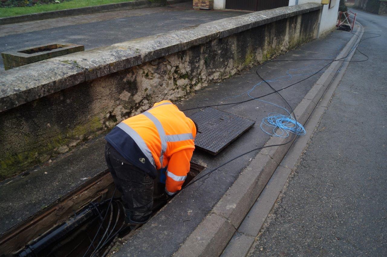 Pour effectuer les derniers mètres, le câble est poussé à la main dans le fourreau qui va bien.