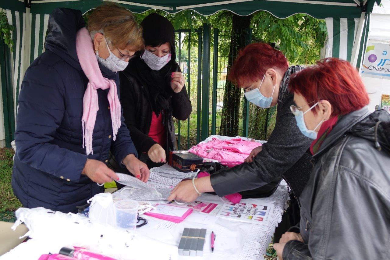 De gauche à droite : Jacqueline Picart et Gaëlle Vaudé ont en charge le stand dédié à l'association Anat de l'Omois...