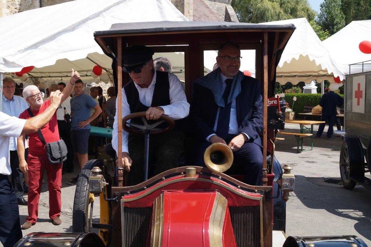 A droite, Dominique Moyse accompagne Ronan Léaustic, assis à l'arrière du taxi de la Marne, à la reconstitution historique...
