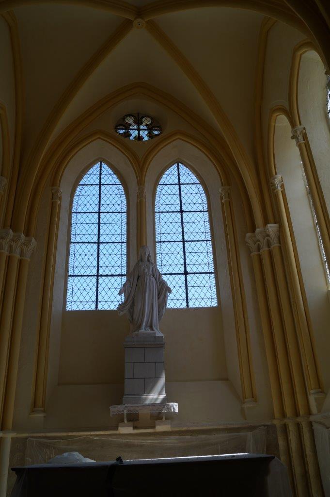 L'intérieur de l'église est du premier art gothique.