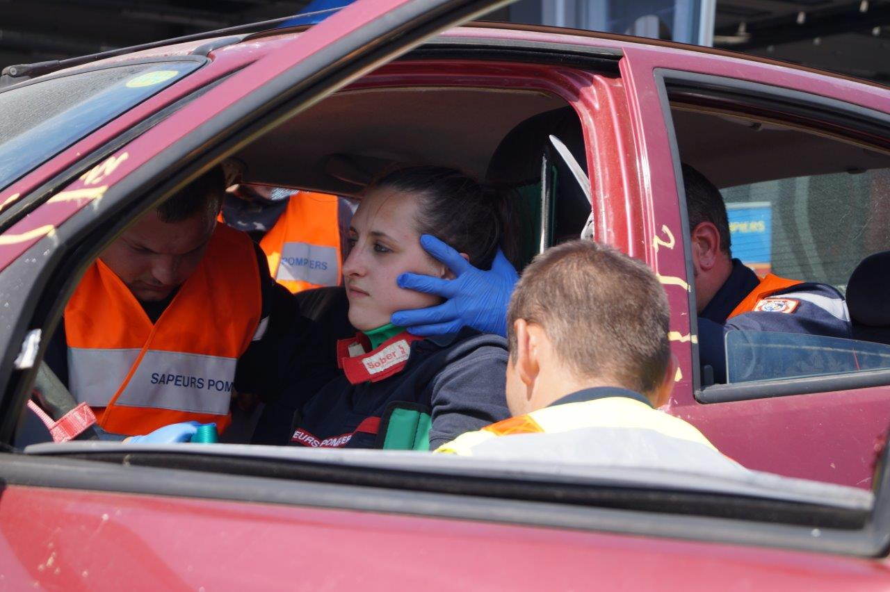 """A l'arrière du véhicule, un sapeur-pompier appelé """"l'écureuil"""" maintient la tête de la conductrice..."""