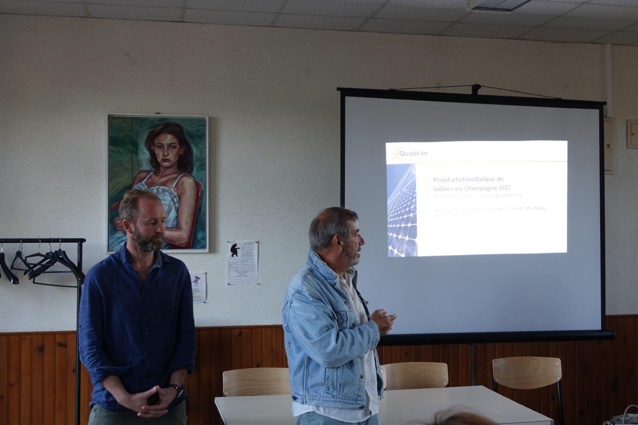 De gauche à droite : Cédric Peltier, représentant la société SUEZ et Bruno Lahouati, maire de Vallées-en-Champagne.