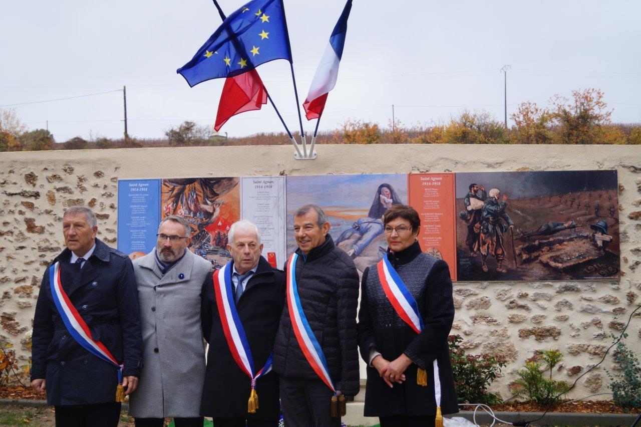 De gauche à droite : Jacques Krabal, Dominique Moyse, Claude Picart, Bruno Lahouati et Jacqueline Picart, maire déléguée de La Chapelle-Monthodon posent devant le monument aux morts.