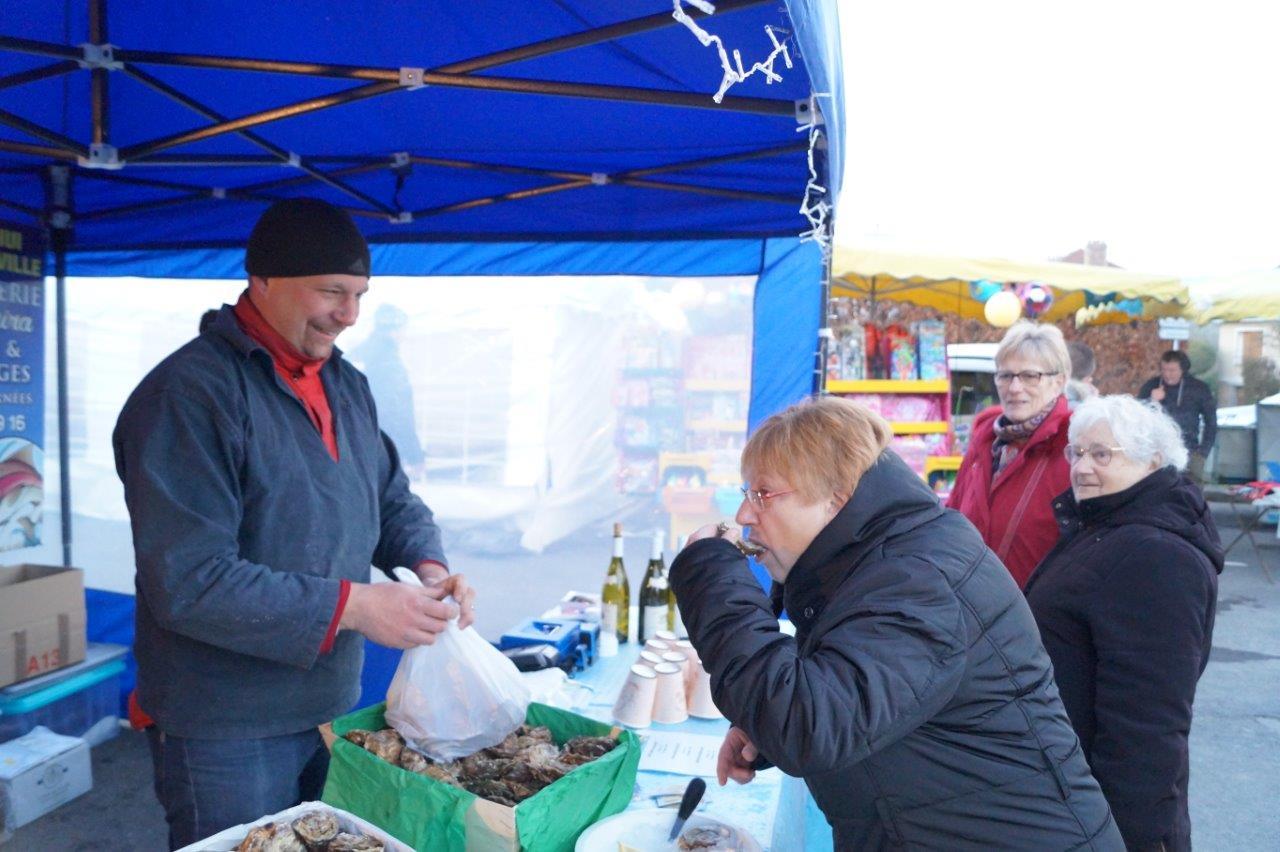 Il faut toujours goûter avant d'acheter. Ici, les huîtres de l'incontournable poissonnier ambulant La Remonira.