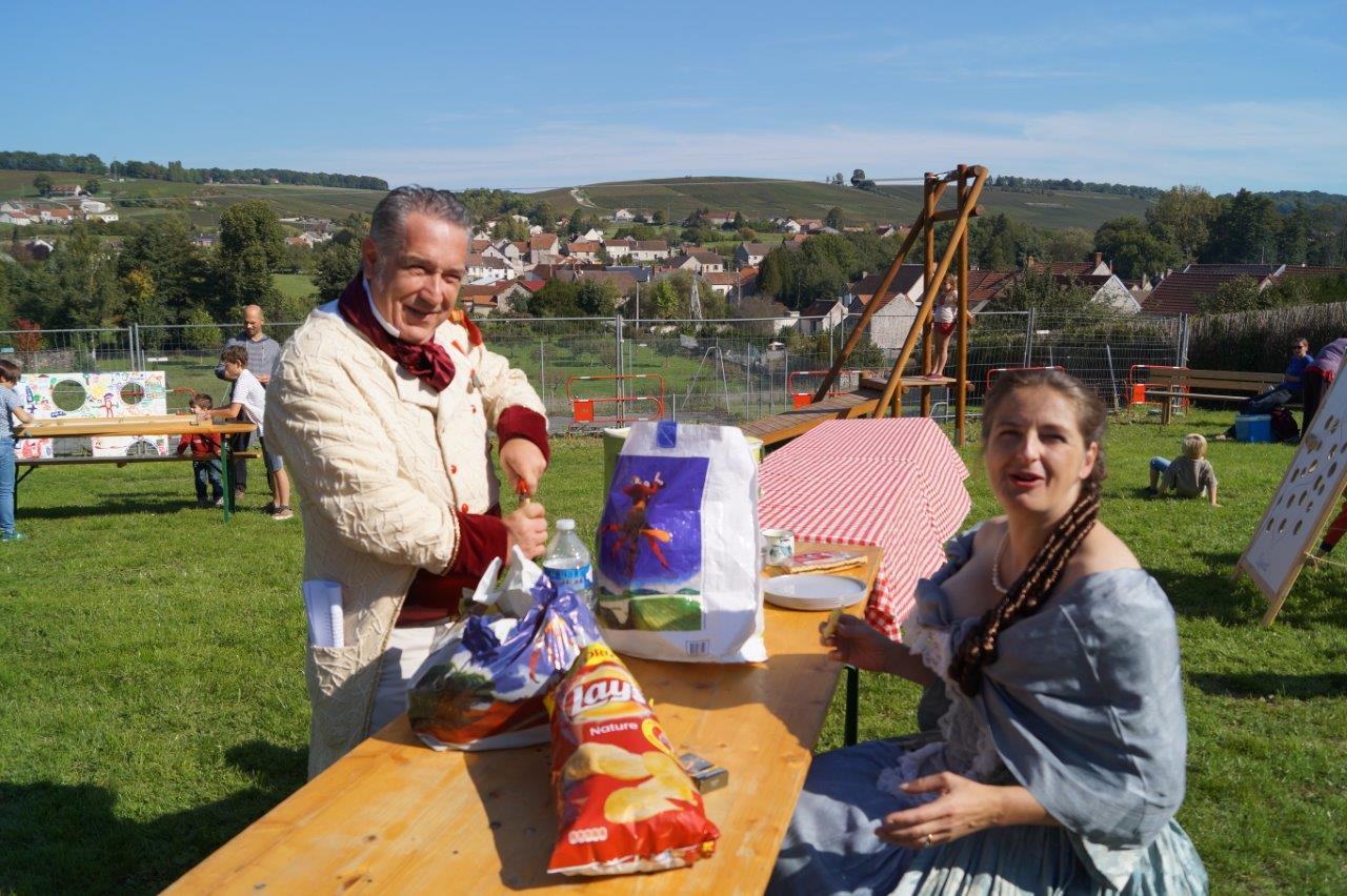 Le préfet Rastagnac ouvre une bonne bouteille pour fêter le lancement du projet participatif.