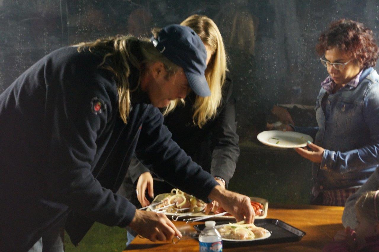 C'est aussi la tradition : chaque participant gère lui-même la cuisson de ses grillades sur le barbecue !