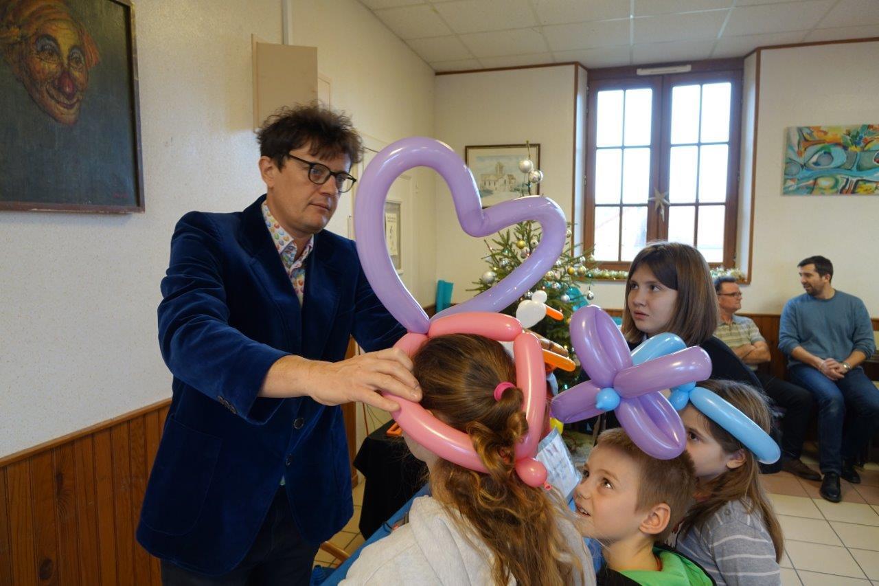 Hervé, de la Compagnie Diabolo.Gom, a fabriqué de nombreuses sculptures pour les enfants.