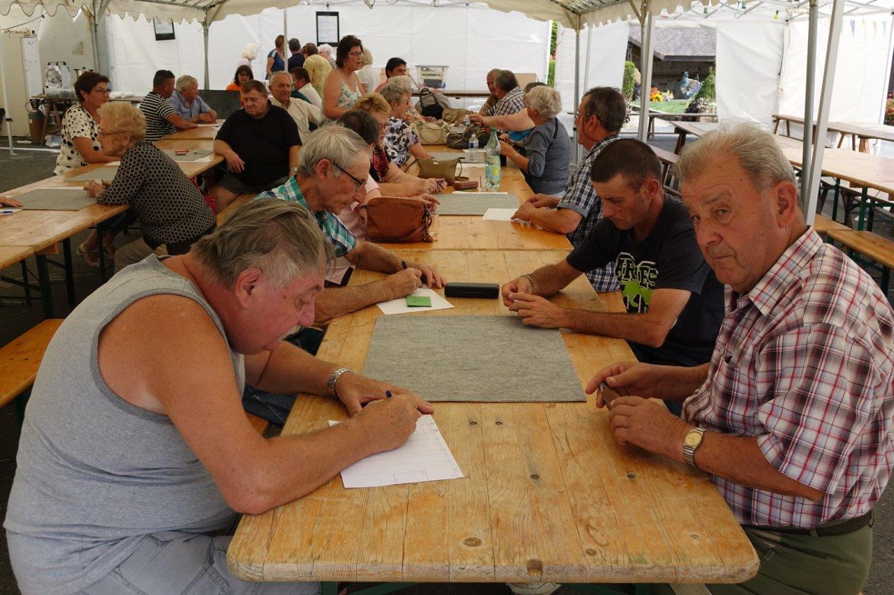 Le concours de belote a rassemblé quinze équipes sous les chapiteaux.