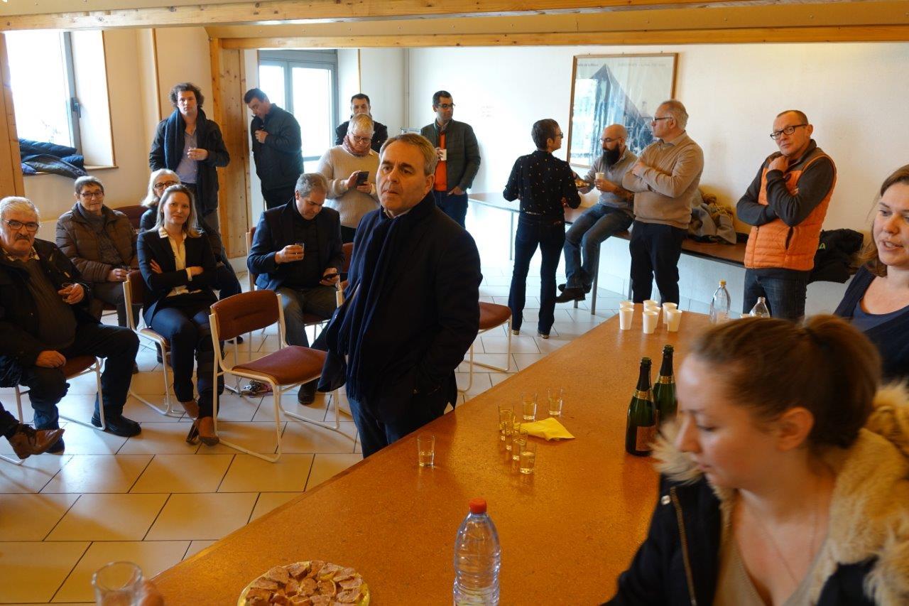 Xavier Bertrand a échangé avec les participants dans la salle des Mariages de Condé-en-Brie...