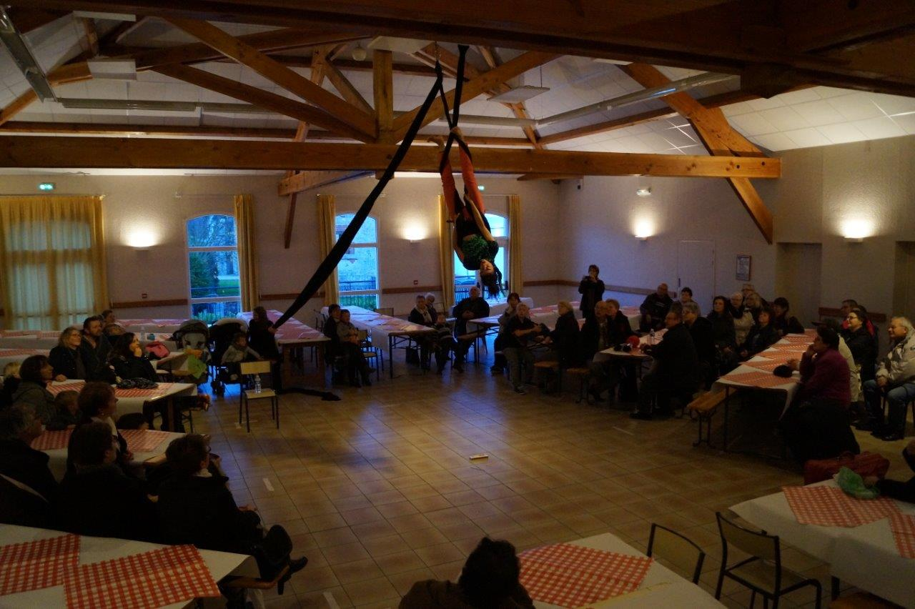 Le numéro de tissu aérien d'Inès fait pousser des Houuu, des Haaaa, au nombreux public réuni salle Serge Coyard.