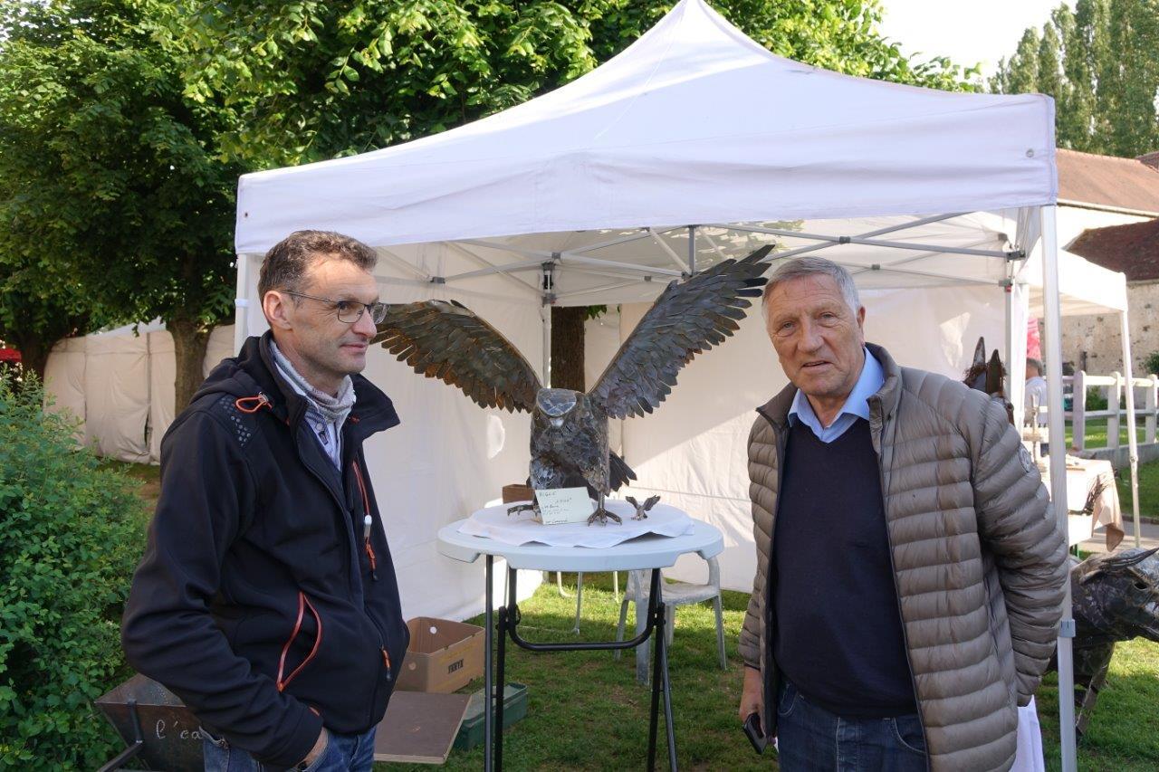 Le député de l'Aisne, Jacques Krabal (à droite), s'entretient avec Philippe Moreau, adhérent de l'ACPV et sculpteur d'animaux en ferraille...