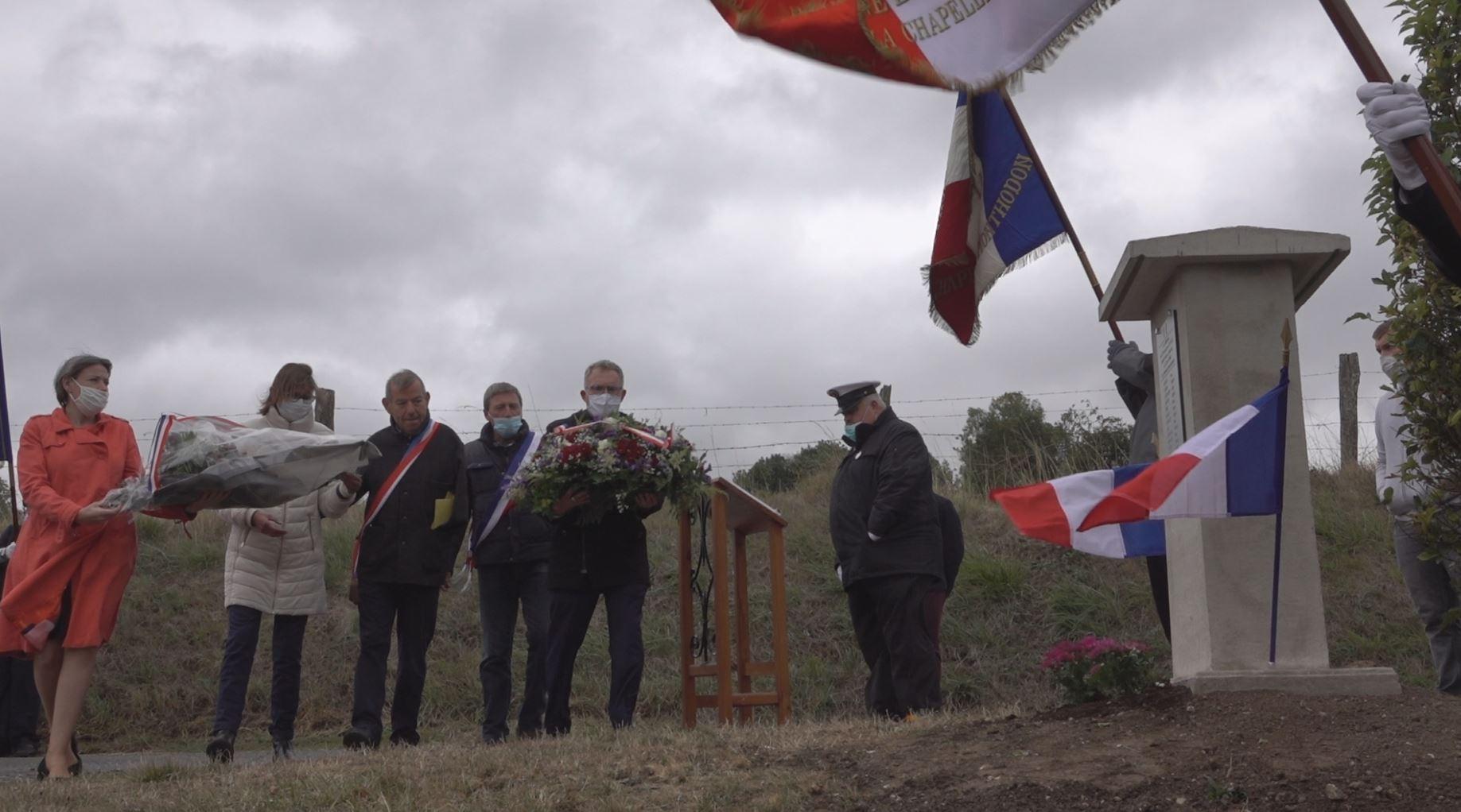 Les élus sud axonais procèdent aux dépôts de gerbes de fleurs...