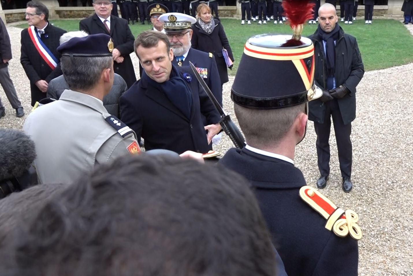 Emmanuel Macron a salué les quatre armes présentes sur l'esplanade...