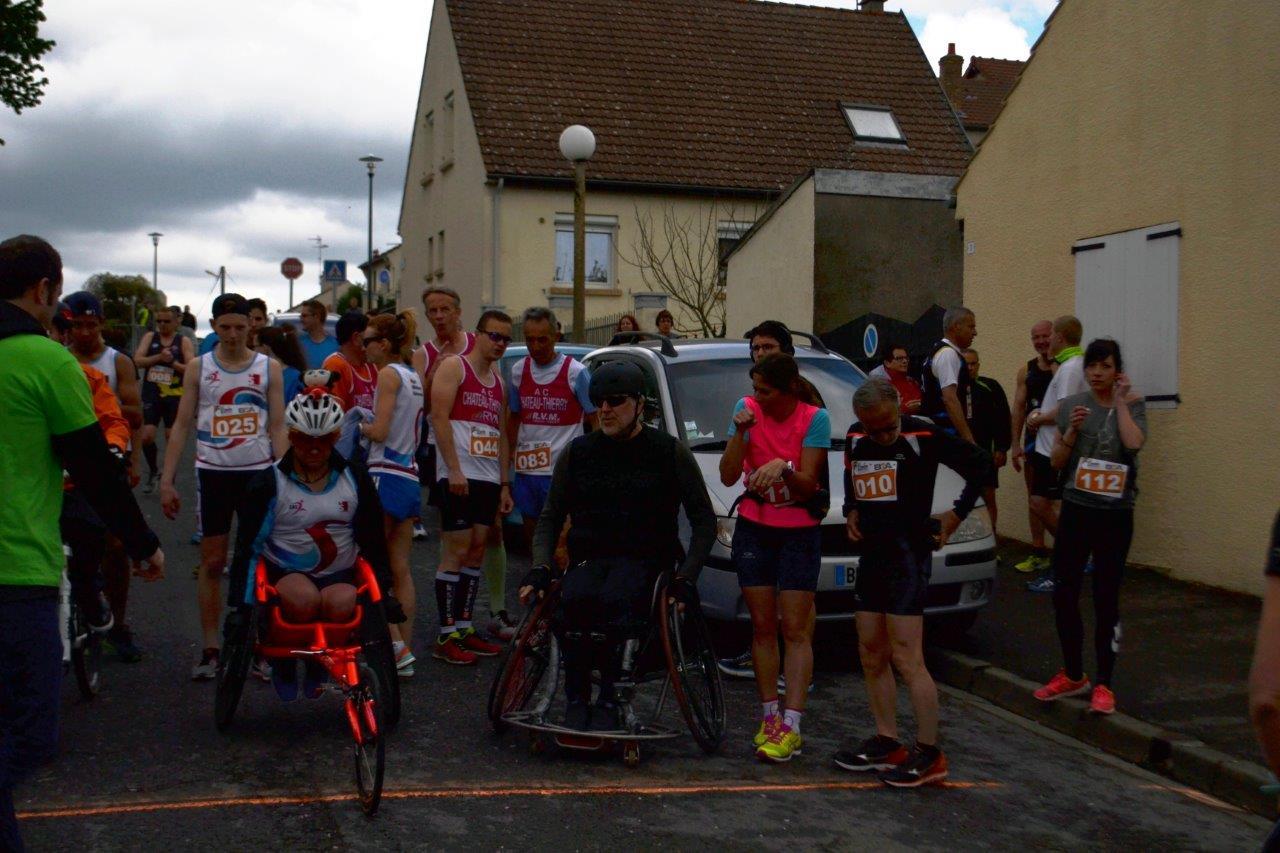 A gauche, fauteuil orange : David Avram, président de l'association axonaise Cocci N'Roule.