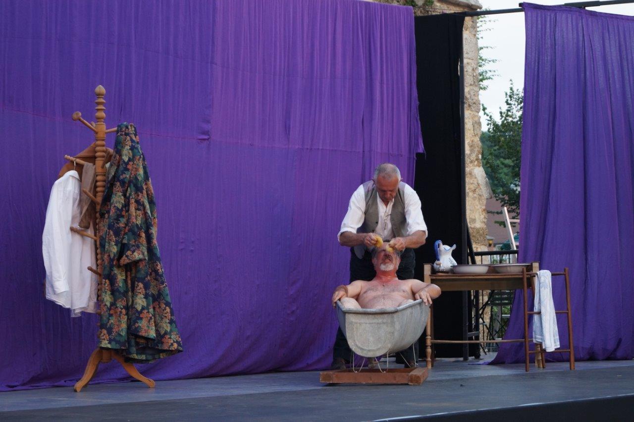Le préfet Rastagnac goûte aux joies d'un bain raifraîchissant.